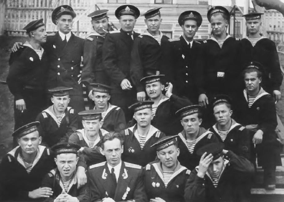 Члены экипажа подводной лодки Б-62 перед показательными стрельбами 6 октября 1959 года; в верхнем ряду четвёртый слева — командир В.А. Дыгало. Архивный фотоснимок из журнала «Наука и жизнь» (1999, №12) - Гроза над океаном   Warspot.ru