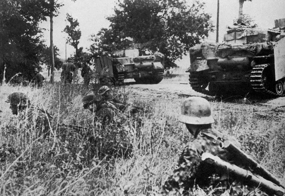Штурмовые орудия StuG IV и пехота 4-й панцергренадёрской дивизии СС в Венгрии, осень 1944 года - «Королевские Тигры» в Венгрии: «снаряды броню не пробивают, отскакивают…» | Warspot.ru