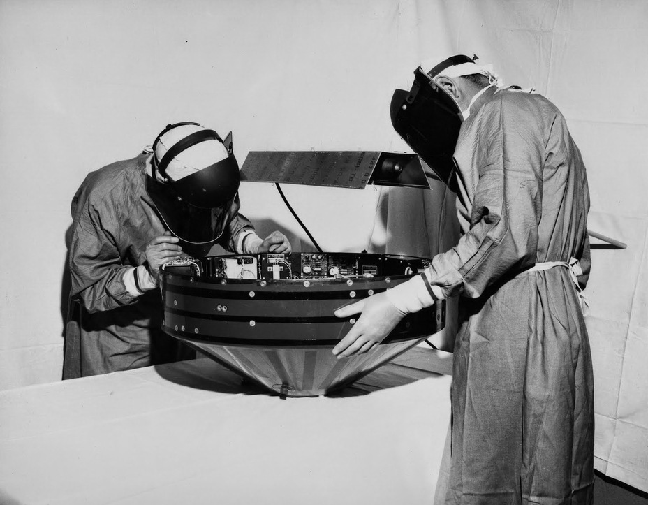 Сборка лунного зонда Pioneer I; 1958 год. NASA nasa.gov - Похитители «Луны»   Warspot.ru