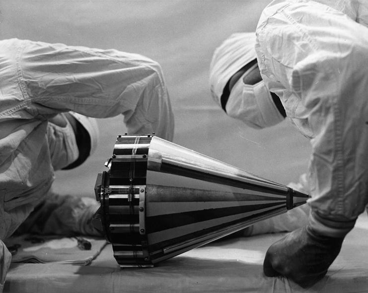 Сборка лунного зонда Pioneer III; 1958 год. NASA nasa.gov - Похитители «Луны»   Warspot.ru