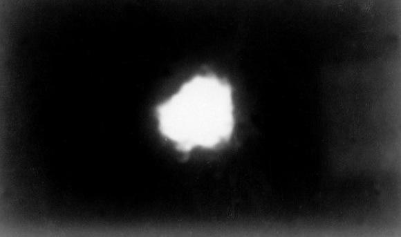 Искусственная натриевая комета, образованная в космосе 3 января 1959 года. Архивный фотоснимок из книги П. Шубина «Луна. История, люди, техника» (2019) - Похитители «Луны»   Warspot.ru