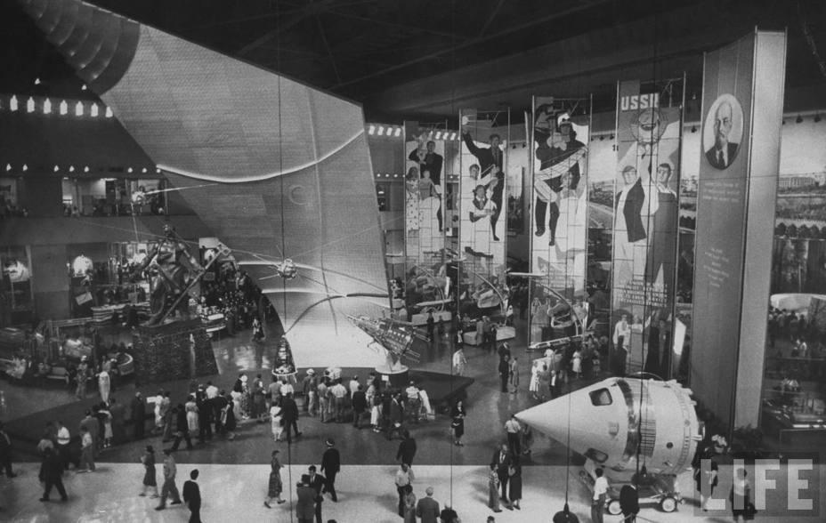 Выставка советских достижений в Нью-Йорке: по центру — копии трёх первых искусственных спутников, справа — «Лунник»; 1959 год. Фото из журнала «Life» kcmeesha.com - Похитители «Луны»   Warspot.ru