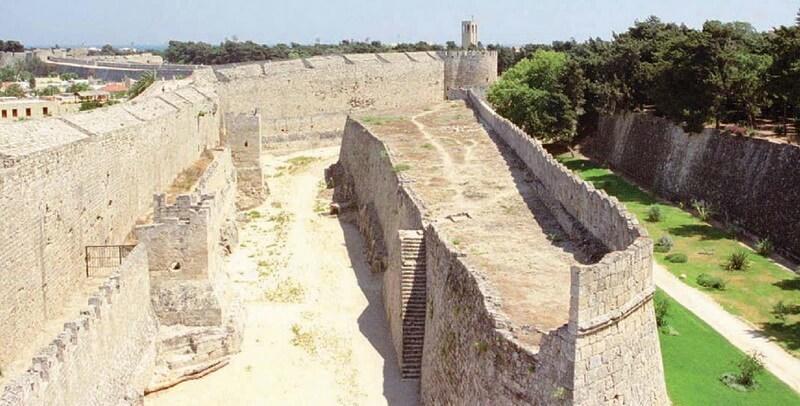 Вид на часть Родосской крепости. Источник: Osprey — Fortress 096 — The Fortress of Rhodes 1309–1522 - Орден госпитальеров и крестовые походы | Warspot.ru