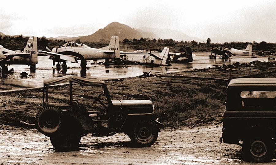 Разрушения после атаки коммунистов на аэродром в Луангпхабанге, 1967 год - Схватка за незаметную страну | Warspot.ru