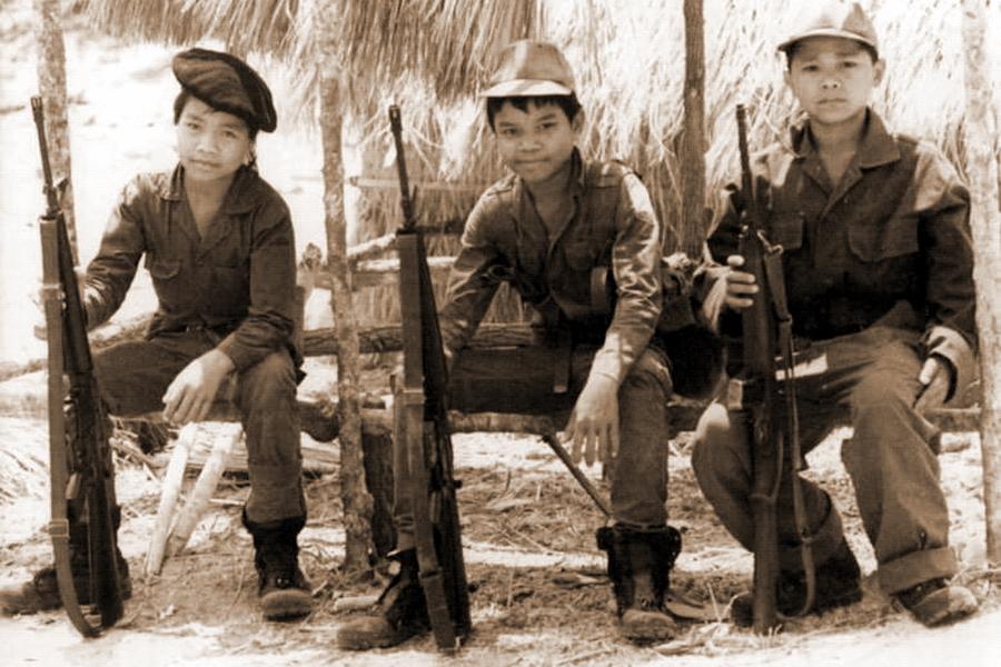 Юные лаосцы, охраняющие блокпост в Калонге в 20 милях от лаосского участка «Тропы Хо Ши Мина» - Схватка за незаметную страну | Warspot.ru