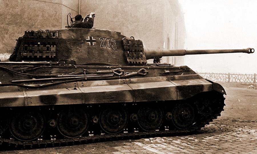 «Королевский Тигр» №233 из 503-го ттб на улицах Будапешта в октябре 1944 года - «Королевские Тигры» в Венгрии: первые бои | Warspot.ru