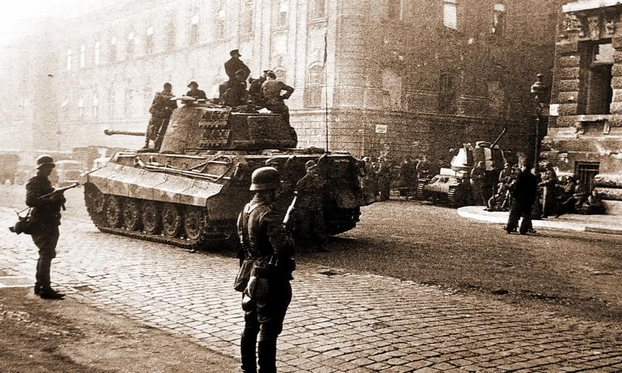«Королевский Тигр» №234 движется по улицам Будапешта - «Королевские Тигры» в Венгрии: первые бои | Warspot.ru