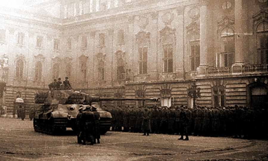 «Королевский Тигр» №213 на площади у королевского дворца. За танком выстроились солдаты венгерского 9-го пехотного полка «Янош Хуньяди», перед которыми после переворота произнёс речь Ференц Салаши - «Королевские Тигры» в Венгрии: первые бои | Warspot.ru