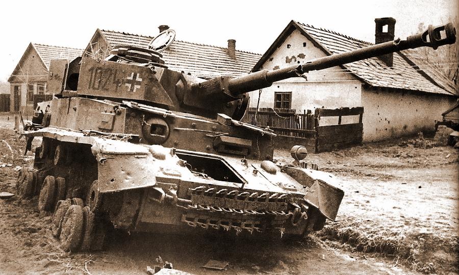 Pz.Kpfw.IV с тактическим №1024 из состава 24-й танковой дивизии, уничтоженный в ходе боёв в Венгрии - «Королевские Тигры» в Венгрии: первые бои | Warspot.ru