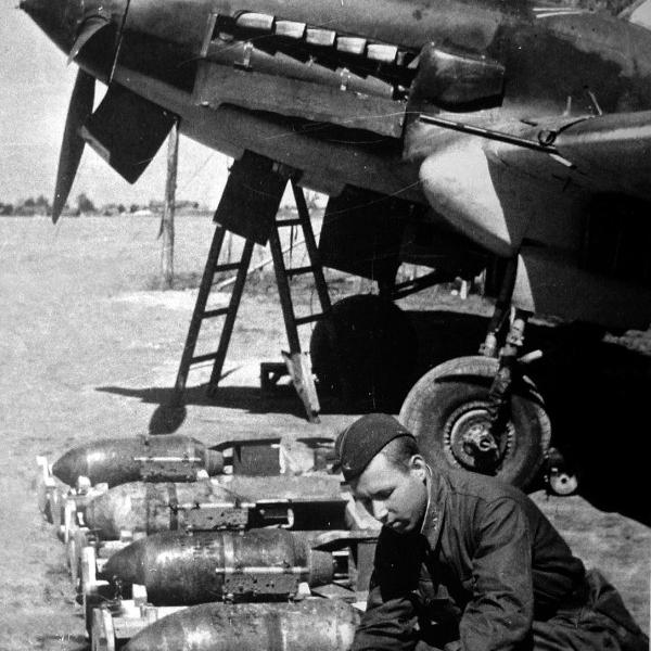 Подготовка штурмовика Ил-2 к боевому вылету - Шесть пишем — десять в уме?   Warspot.ru