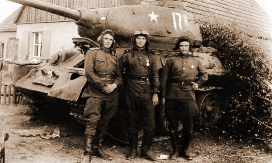 Экипаж из состава 29-го танкового корпуса у своего Т-34-85 - Удержаться под ударом   Warspot.ru
