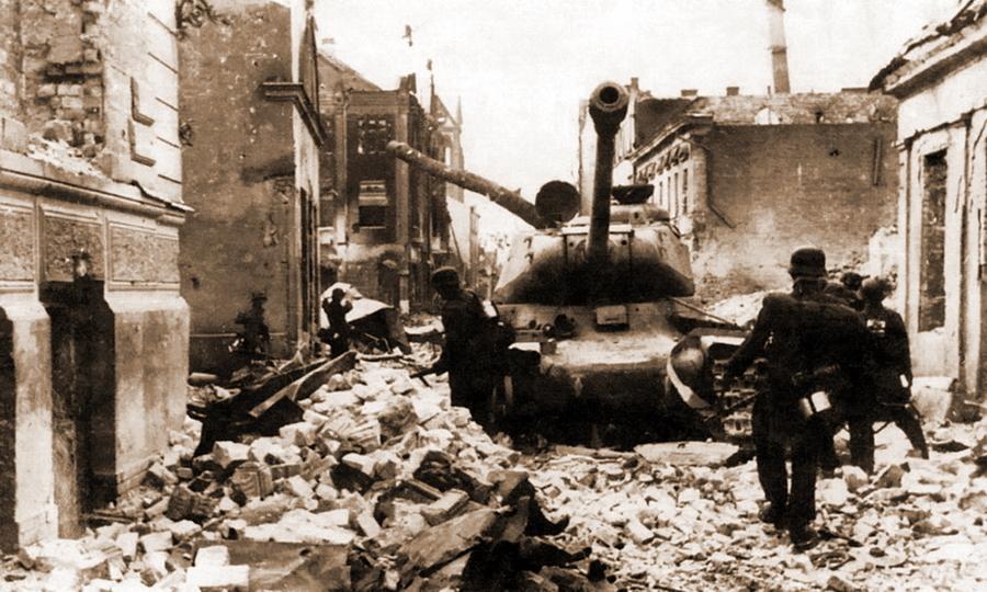 Немецкие солдаты у ИС-2, подбитого во время уличных боёв в Елгаве - Удержаться под ударом   Warspot.ru