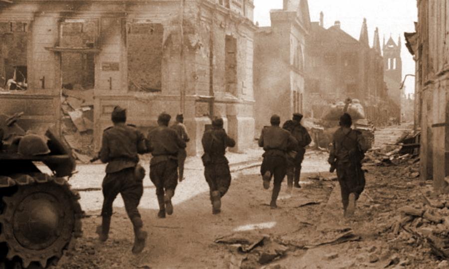 Солдаты 1-го Прибалтийского фронта в бою на улице Елгавы. В кадр попал «ИС» с предыдущего снимка - Удержаться под ударом   Warspot.ru