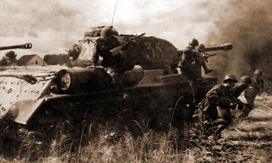 ИС-2 с танковым десантом во время атаки, август 1944 года - Удержаться под ударом   Warspot.ru