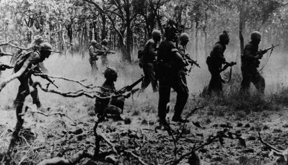 Бойцы 1-й кавалерийской дивизии в бою в долине Йа-Дранг rarehistoricalphotos.com - Украинский счёт Вьетнамской войны   Warspot.ru