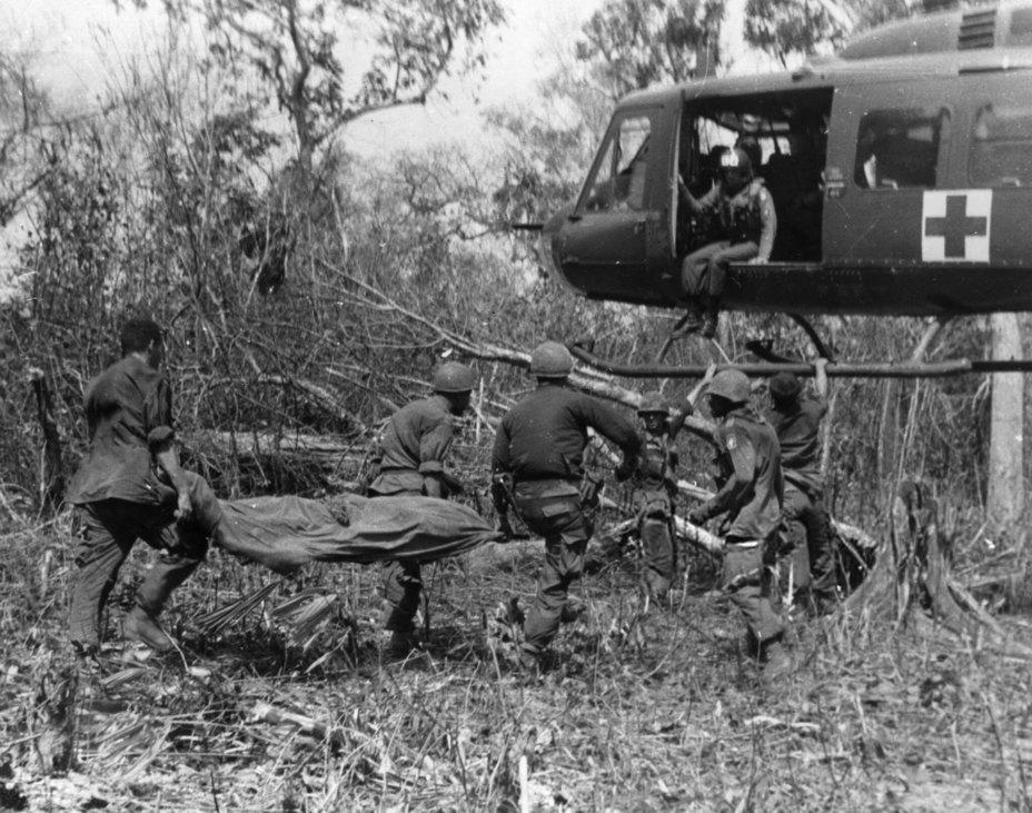 Эвакуация раненого американского солдата rarehistoricalphotos.com - Украинский счёт Вьетнамской войны   Warspot.ru