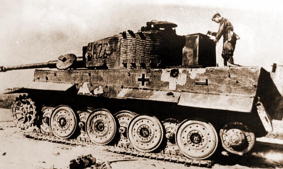 Красноармеец рассматривает подбитый «Тигр» из дивизии «Гроссдойчланд», октябрь 1944 года - Не наказание и не панацея   Warspot.ru