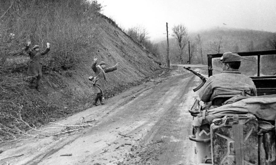 Румынские горные стрелки сдаются в плен советским войскам на дороге в Крыму - В тени «Большого десанта»   Warspot.ru